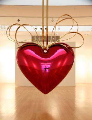 Висящее сердце современного концептуалиста Джеффа Кунса (Jeff Koons) весом 1,5 тонны