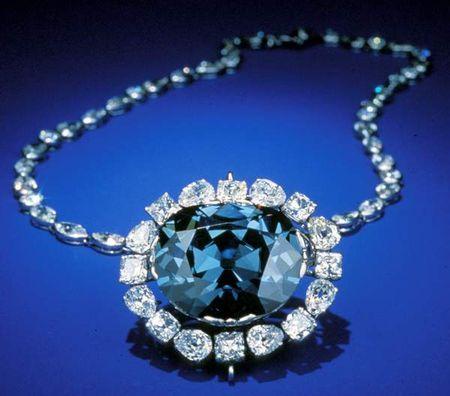 Украшение с синим бриллиантом